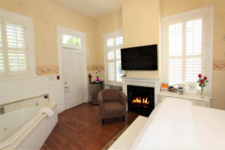 The Napa Inn - room with bed, spa tub and fireplace