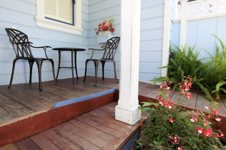 The Napa Inn - deck with table and chairs