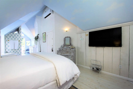 The Napa Inn - room with bed, spa tub and fireplace, plus TV