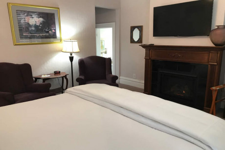 The Napa Inn - white bed with pilllow and chairs