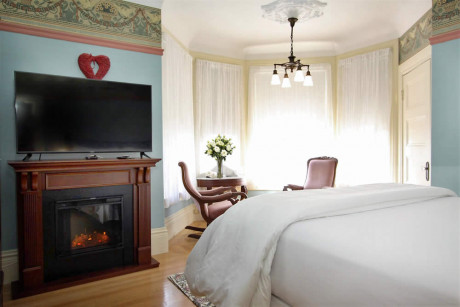 The Napa Inn - fireplace, bed and TV