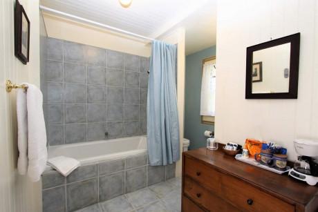 The Napa Inn - bathroom with spa tub