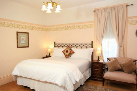 The Napa Inn - bed with TV and love seat