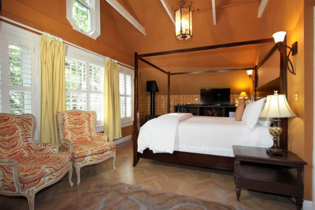 The Napa Inn - four poster bed, chairs and TV